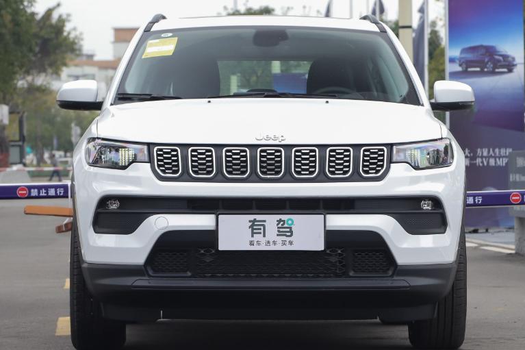 Jeep指南者搭载适时四驱,保留家族式七孔格栅,采用LED光源