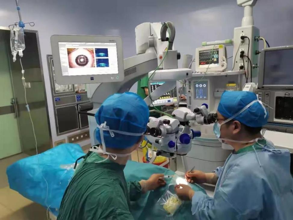 济南市第二人民医院:20 多岁大学生患圆锥角膜险致盲,OCT 导航板层角膜移植送光明