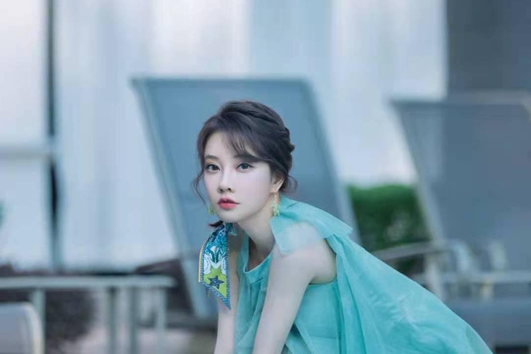 冯提莫草坪清新大片来袭!公主蓬蓬裙美得耀眼,连空气都变甜了