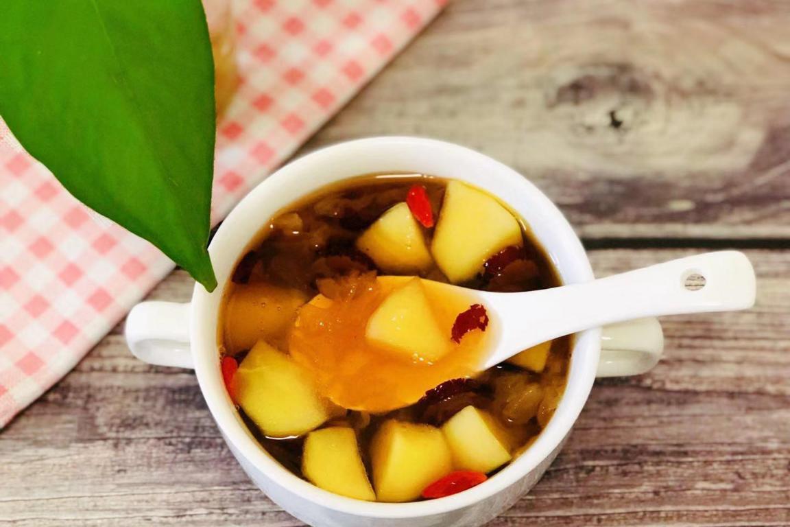 苹果直接吃怕凉,枸杞红糖大枣往里一加,每天一碗,防便秘又补血