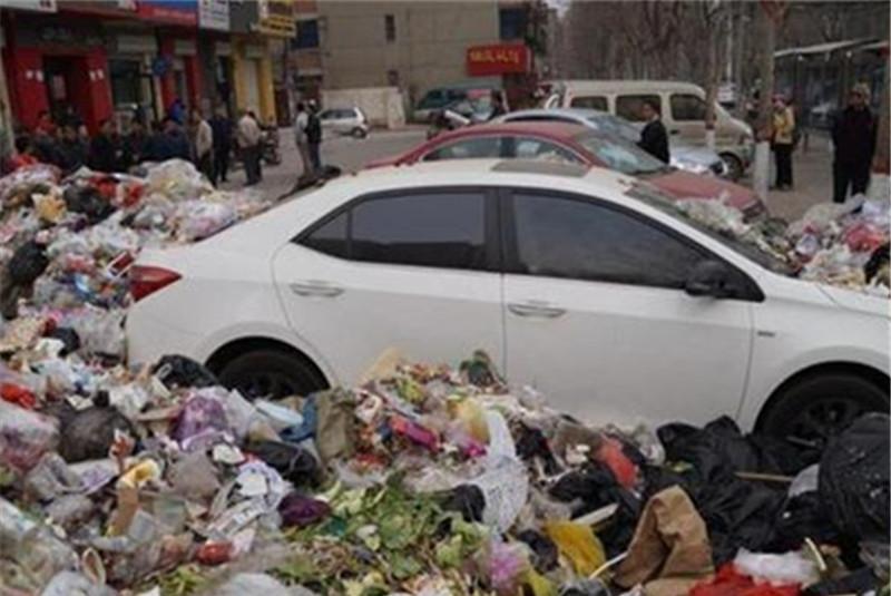 """男子喜提新车,隔天停在小区楼下,不料却变成邻居的""""垃圾桶""""!"""