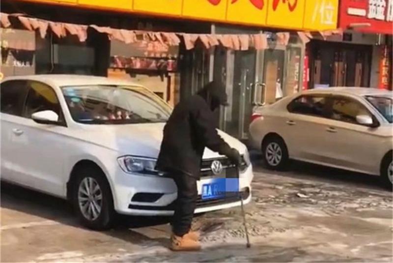 老头掰弯大众车牌,得知其中原因后,网友:建议直接砸车!