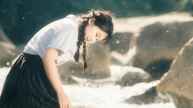 山间里面的清凉写真,穿泰国校服的小姐姐表现力十足