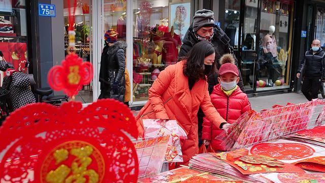 山丹:街头巷尾年味浓 红火饰品迎新春