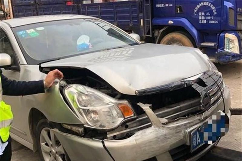 标致508高速上遭轩逸撞击,看到车损,网友:法系车扬眉吐气了!
