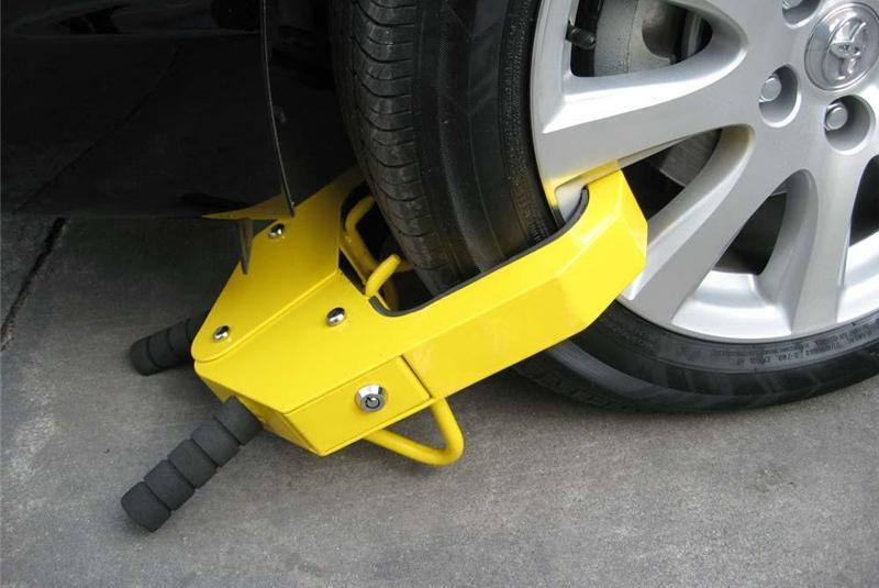 男子将车停地下通道,不料车轮被保安锁住,网友:拿鸡毛当令箭?