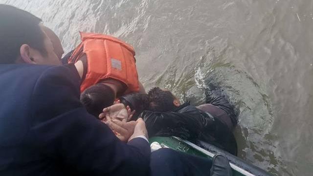 嘉善:男子落水被人联手救起