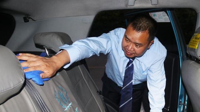 """出租车上惊现30万元现金,广州""""的哥""""这样做"""