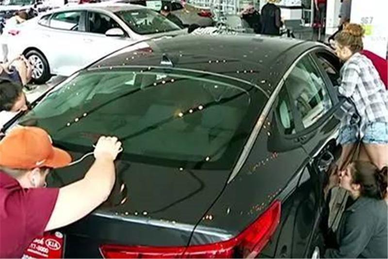 吻车50小时就可获得新车,不料看到奖品后,参赛者脸都绿了!