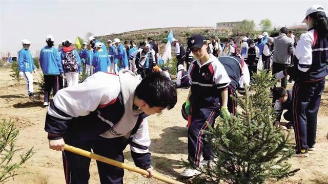 西固区举行义务植树活动为南北两山添新绿