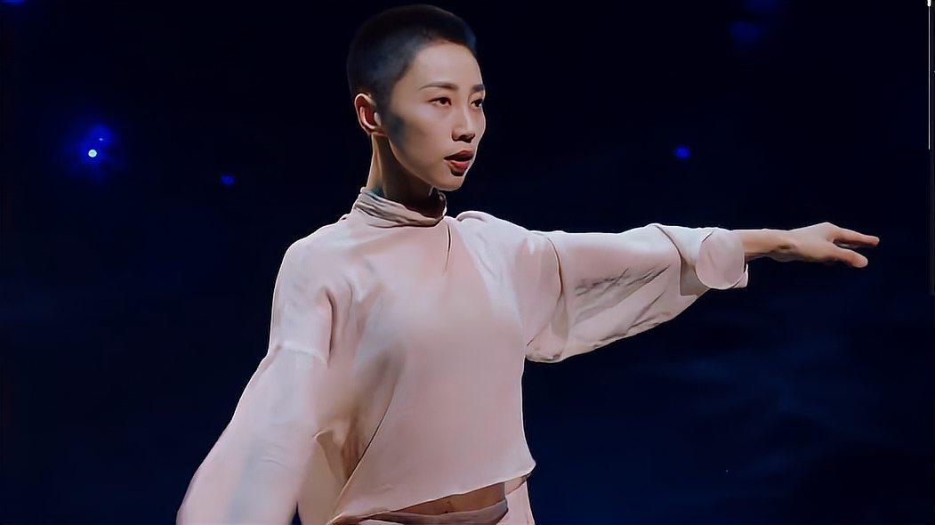 谢欣以一名舞者的身份亮相,站在舞台C位美如一幅画,全场看哭!