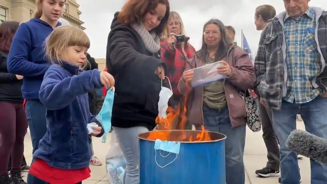 美国抗议现场:家长鼓励孩子烧口罩 一群人围观有说有笑均未戴口罩