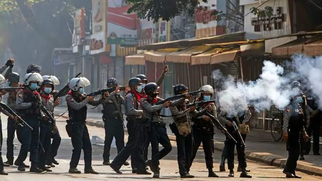 缅甸军方干了件出格的事,警察开枪又打死人,迅速惊动全球