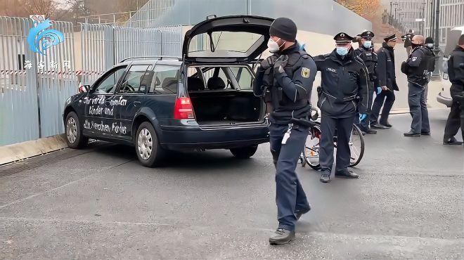 """现场!默克尔总理府大门遭汽车撞击 当时正准备召开""""抗疫""""会议"""