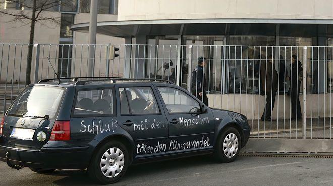 现场曝光!汽车撞上德国默克尔总理府大门嫌疑人被警方逮捕