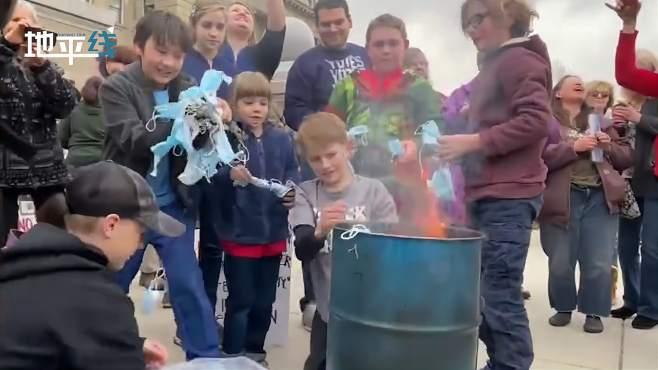 美国家长鼓励孩子焚烧口罩 小孩兴奋抱起一大把口罩扔进火堆!