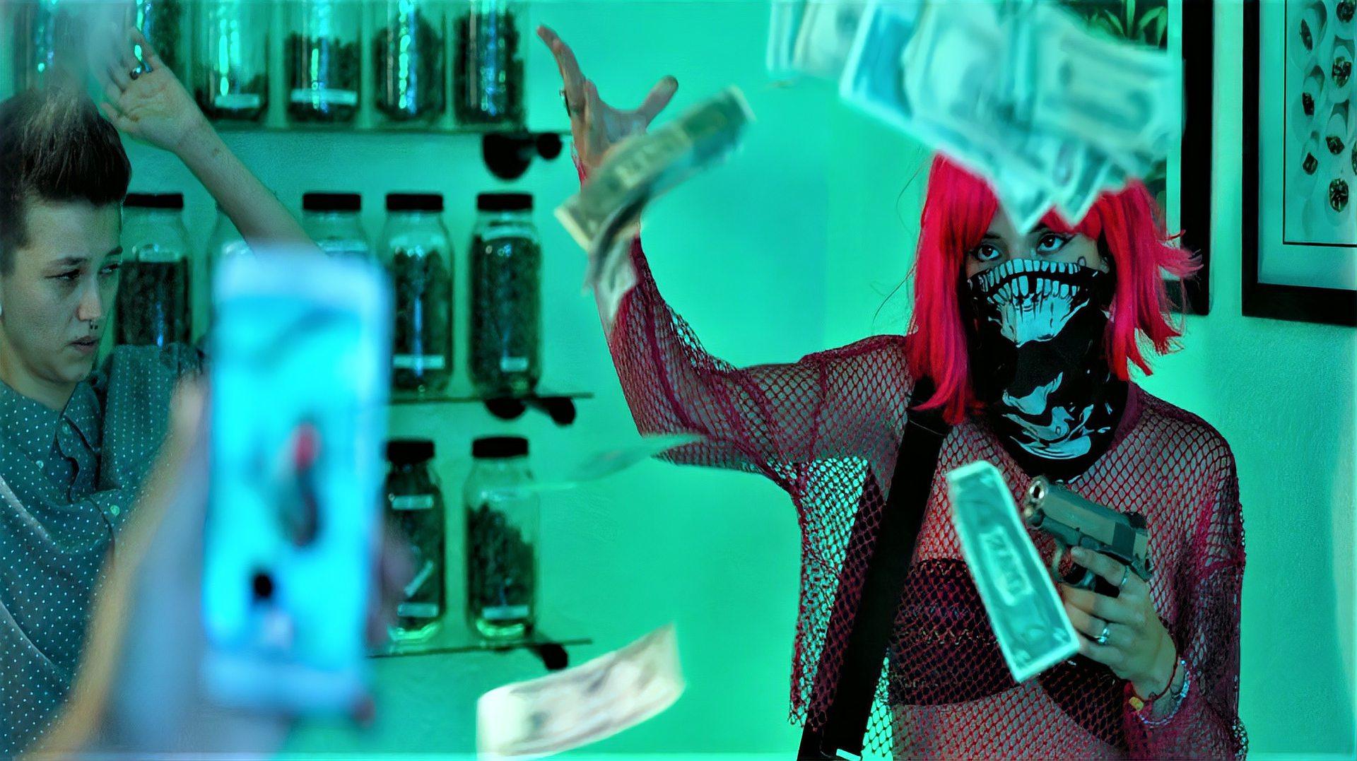 女孩为了出名费尽心思,和男朋友直播抢劫,竟成了百万粉丝的网红