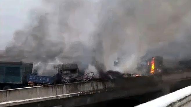 陕西40余辆车相撞已致多人死伤
