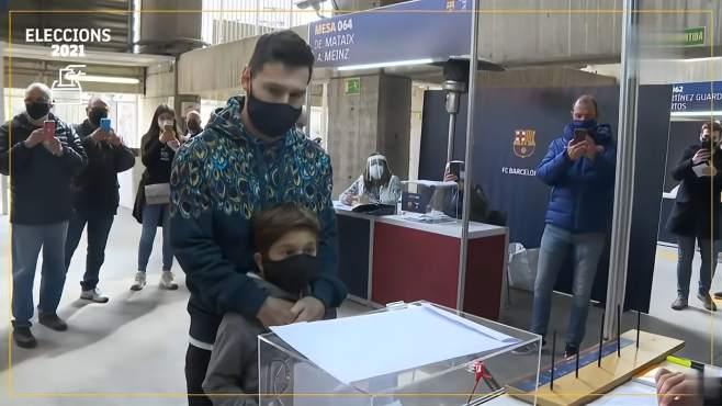 梅西携蒂亚戈现身为巴萨主席大选投票 围观球迷唱歌+合影挽留