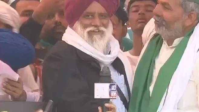 印度农民举行抗议集会,领袖刚准备讲话演讲台突然塌了……