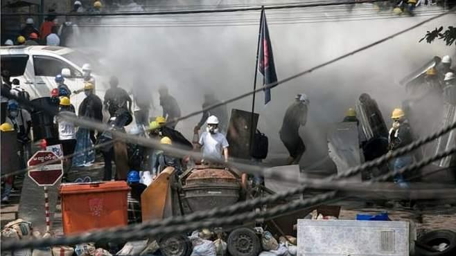 缅甸大乱,军方下令开火,19名军警拒绝执行命令,火速逃往印度