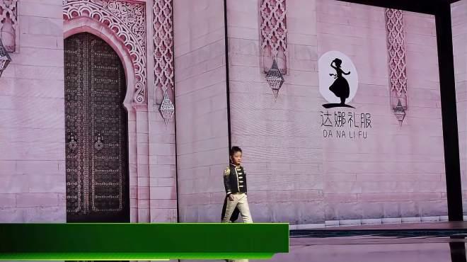 爱达娜惊艳亮相2020西南国际少儿时装周,带你领略新疆古丝绸