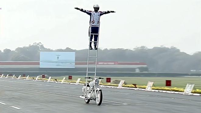 印度阅兵摩托队表演,一辆摩托可挂一个排,网友:真正马戏团