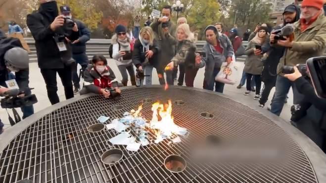 纽约抗议者当街焚烧口罩 网友:令人难以置信的无知