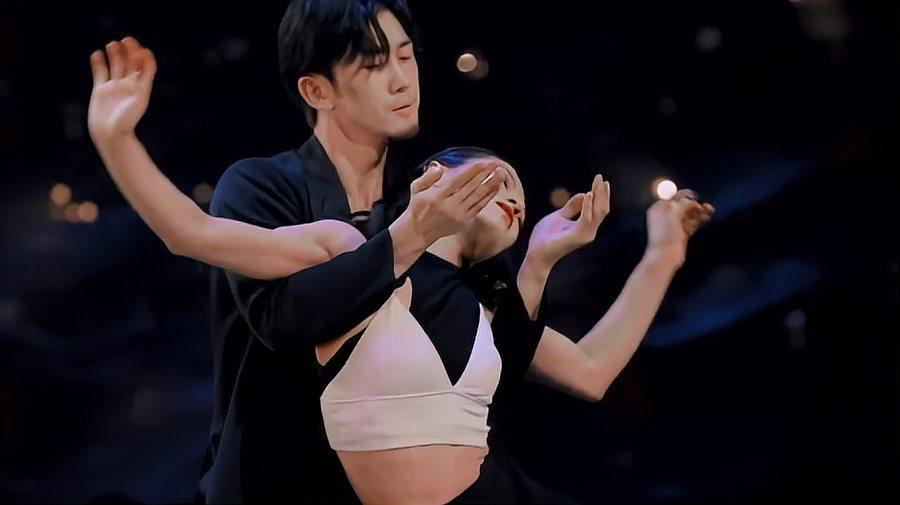 舞蹈风暴:拉丁舞者亮相,女孩的二头肌惊呆全场,何炅都被征服