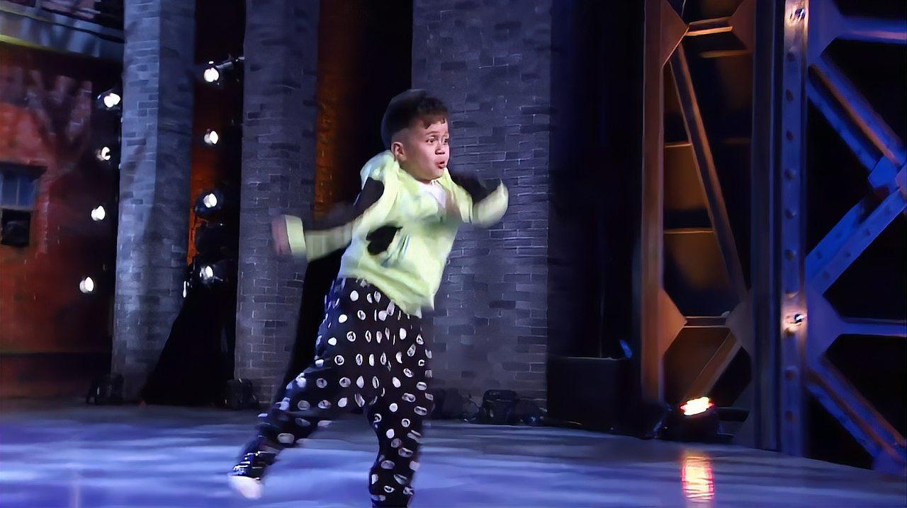 中国好舞蹈:新疆小男孩上好舞蹈,跳快乐街舞,令黄豆豆惊讶