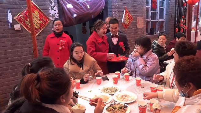 农村喜庆婚宴,自家庭院置办酒席,亲朋好友举杯祝福新郎新娘