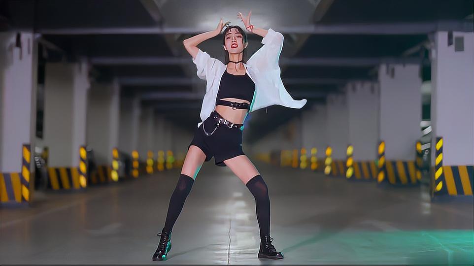 长腿女神在地下车库跳韩舞,花枝招展,细腰扭动,美艳动人!