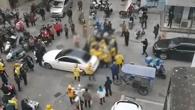 网传奔驰车主撞外卖小哥后疑遭围殴,美团调度员:他说撞死赔得起