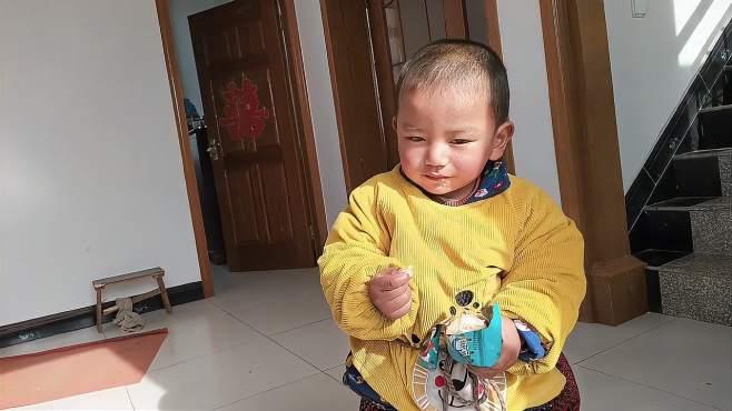 中柬宝宝,给小顺顺一盒薯片,顺顺又把薯片分给奶奶和爸爸一起吃
