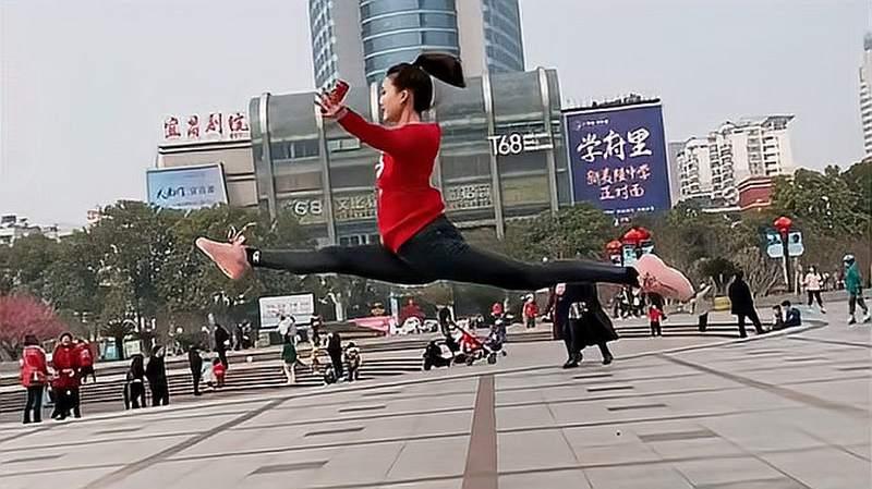 当舞蹈生来到广场上,有了展示的空间,才是一场好戏的开头