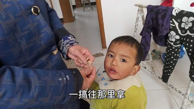 中柬宝宝,小顺顺拉着奶奶的手去找花生吃,爷爷上街给顺顺带糖了