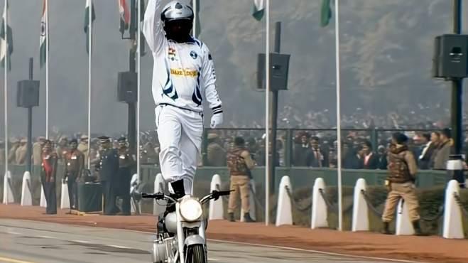 看了印度式阅兵,当摩托车出场时看台领导都没憋住,笑了出来