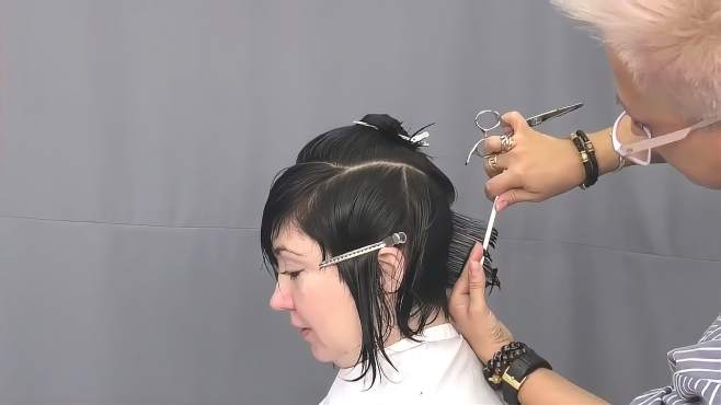 女子剪个潮流发型,剪完后,又减龄又有气质
