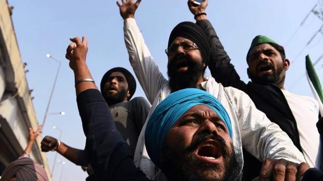 与莫迪谈判接连失败,印度农民冲进首都,脱光衣服坐地抗议