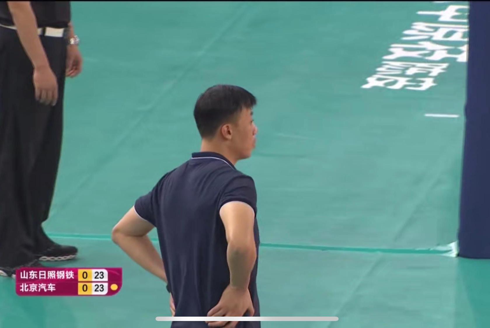 山东女排1:3负北京,李岩龙有点懵,球迷们很无语