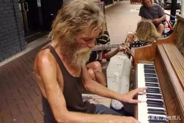 那个在街边弹钢琴的流浪汉,被媒体盯上后逆袭人生
