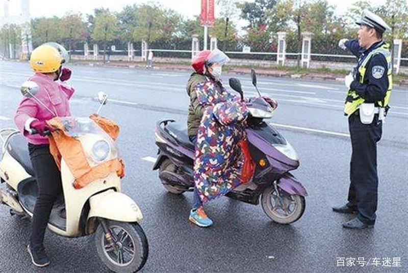 电动车挡风被遭禁用后,遮阳伞也禁止使用?车主:只能挨冻挨晒?