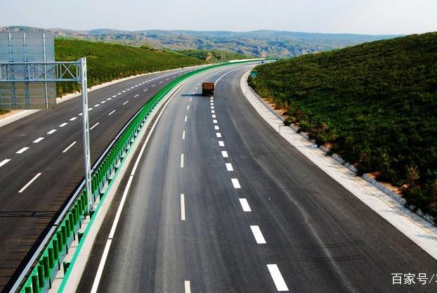 高速过路费用要取消?专家建议加到油价里,车主:不跑高速了