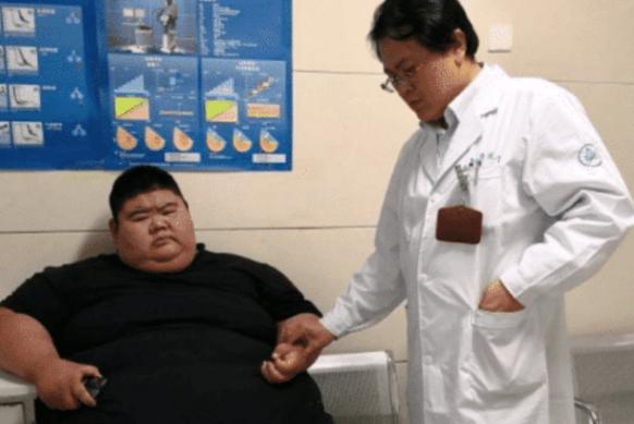 """被称""""中国第一胖""""的王浩楠,为爱从668斤减到268斤,如今成网红"""