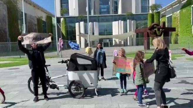 德国家长带娃来到总理府门前抗议 呼吁早日复课