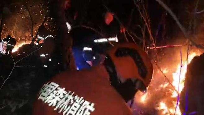 北京平谷鱼子山发生山火,部分消防员由延庆火场转战平谷火场