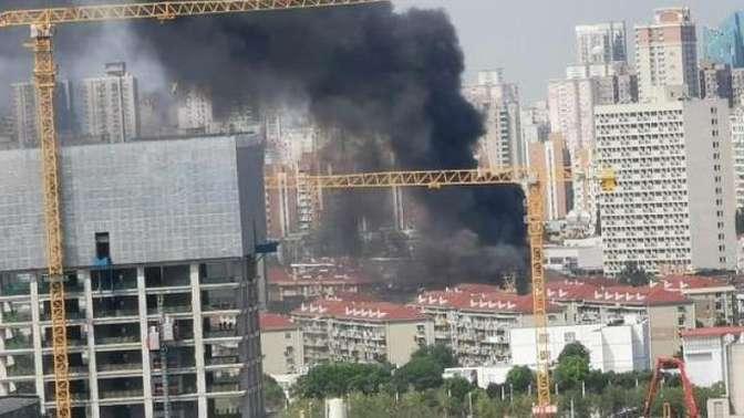 上海徐汇区一老式居民楼外立面脚手架突发火灾