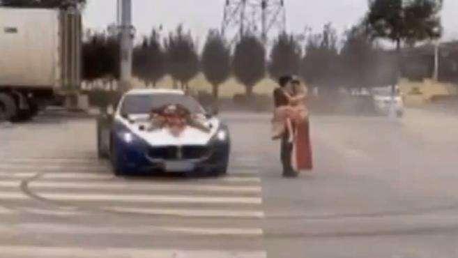 200万豪车被借走当婚车玩漂移