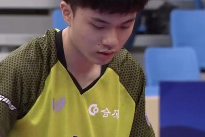 樊振东4-2晋级半决赛,精彩一球获教练鼓掌,赛后不忘称赞对手