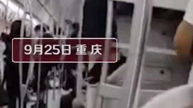 重庆老太爬上地铁行李架蹭坐,全程悠闲晃腿!这要是摔了算谁的